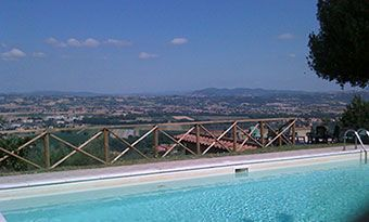 Panoramic swimming pool and solarium. Apartment home holidays Torgiano Umbria Italy